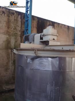 tanque de 5000 litros con motor grande y reductor